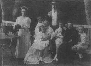 La familia Nabokov en 1908. De izquierda a derecha: el teckel Trainy; la madre de Nabokov; sus hermanas Elena y Olga, sostenidas por su abuela Maria Nabokov; el padre de Nabokov; el propio Nabokov, sentado en la rodilla de Praskovia Tarnovski, tía de su madre; y su hermano Serguéi.